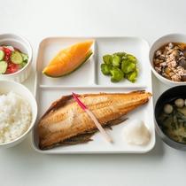 ご夕食一例:焼き魚メインの健康志向のご夕食。1名様ずつ個別にメインのおかずをご用意しております。