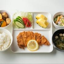 ご夕食一例:ボリューム満点!とんかつのご夕食。疲れてお帰りになった夕方も美味しいお食事をしっかりと。