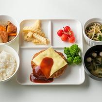 ご夕食一例:栄養満点!お腹を空かせてお帰りになられても作りたてのバランス良いお食事をご提供致します。