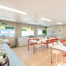 清潔感溢れる敷地内食堂にて、ボリューム満点・おいしさ抜群の手作り料理をご提供しております。