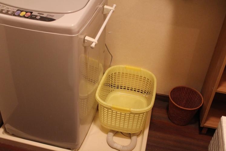 1階の脱衣所に洗濯機あります