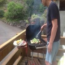 炭火の煙でスモークされた肉はジューシーで旨みたっぷり!焼き方のアドバイスもあるので安心