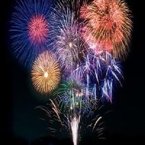 海の花火大会。伊東の人気イベントの一つ。お近くまでお送りします。