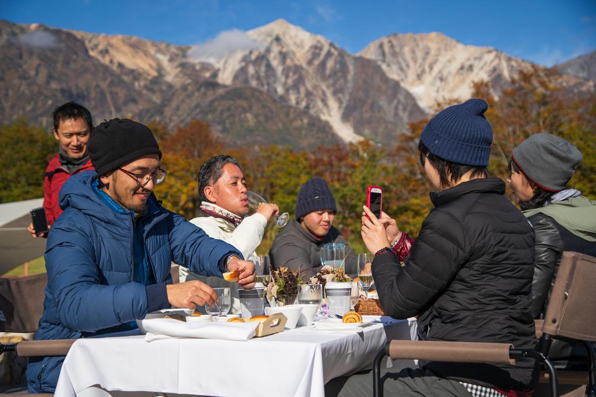 朝の心地よい空気と山の絶景をバックに朝食を