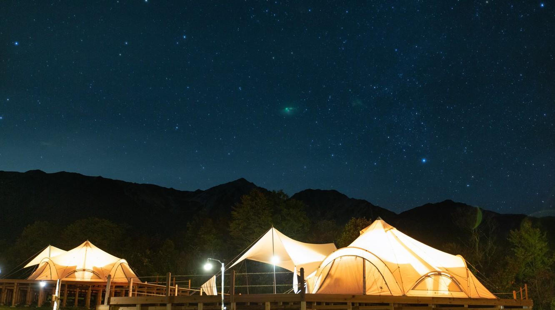 夜のグランピングエリアには満天の星空が広がります