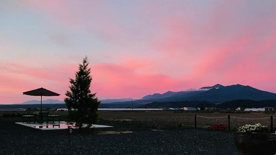 夏の夕暮れ 山々がピンクに染まります