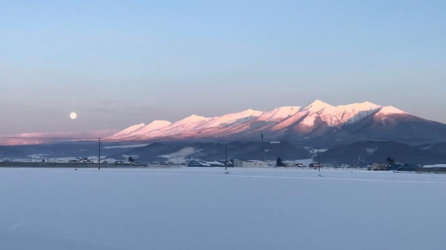 冬の夕焼けが、山々の雪を染め上げます