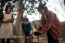 薪割り女子3人