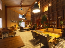 ときたまラウンジ:天井が高く、本に囲まれた空間