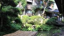 *中庭の風景/池を囲むように佇む建物