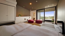 メゾネットタイプの2Fの寝室。寝具には保温性が高い石川県石田屋の羽毛布団やエアウィーブの四季布団で