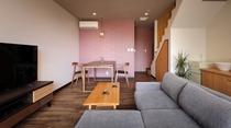 各客室1Fリビングには、足を伸ばしてお寛ぎいただける大きめのソファーを配しております。