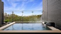 空と海と森を望む客室露天風呂。客室露天風呂は24時間いつでも何度でもお愉しみいただけます。