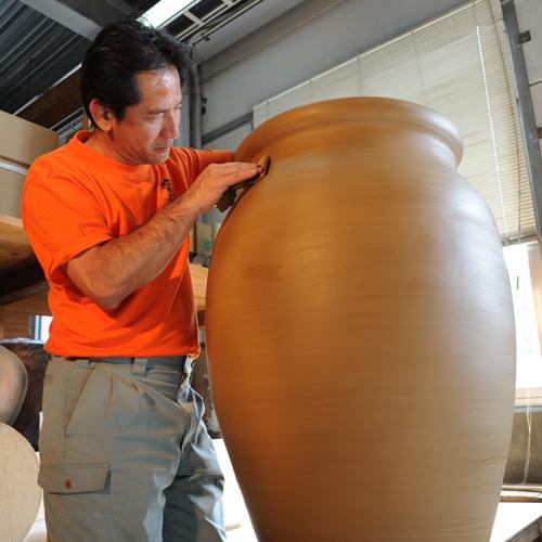 【忠孝酒蔵】泡盛を入れる忠孝窯。陶芸体験では本格的なシーサー造りもOK♪