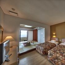 **客室一例/夜はベッドで安眠の夜を。畳のお部屋で波の音をBGMに寛ぎのひと時。