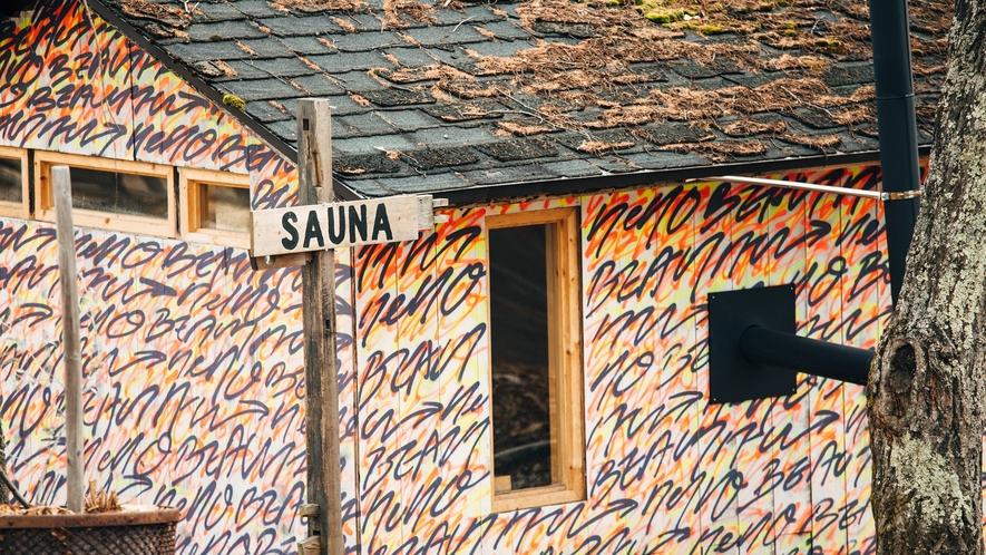 【SAUNA CABIN】壁一面のグラフィックアートが印象的なサウナ小屋。
