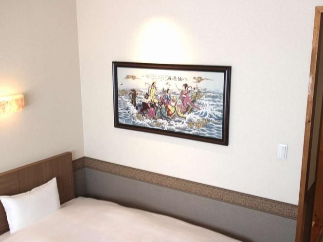 洋室の壁には各部屋それぞれ違うアートを飾っております。お泊まりの際はゆっくりと御覧ください。