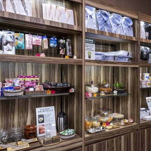 1F物販コーナー!フロント横にはシャツや靴下から伊豆のお土産まで多種多様取り揃えたコーナーをご用意。