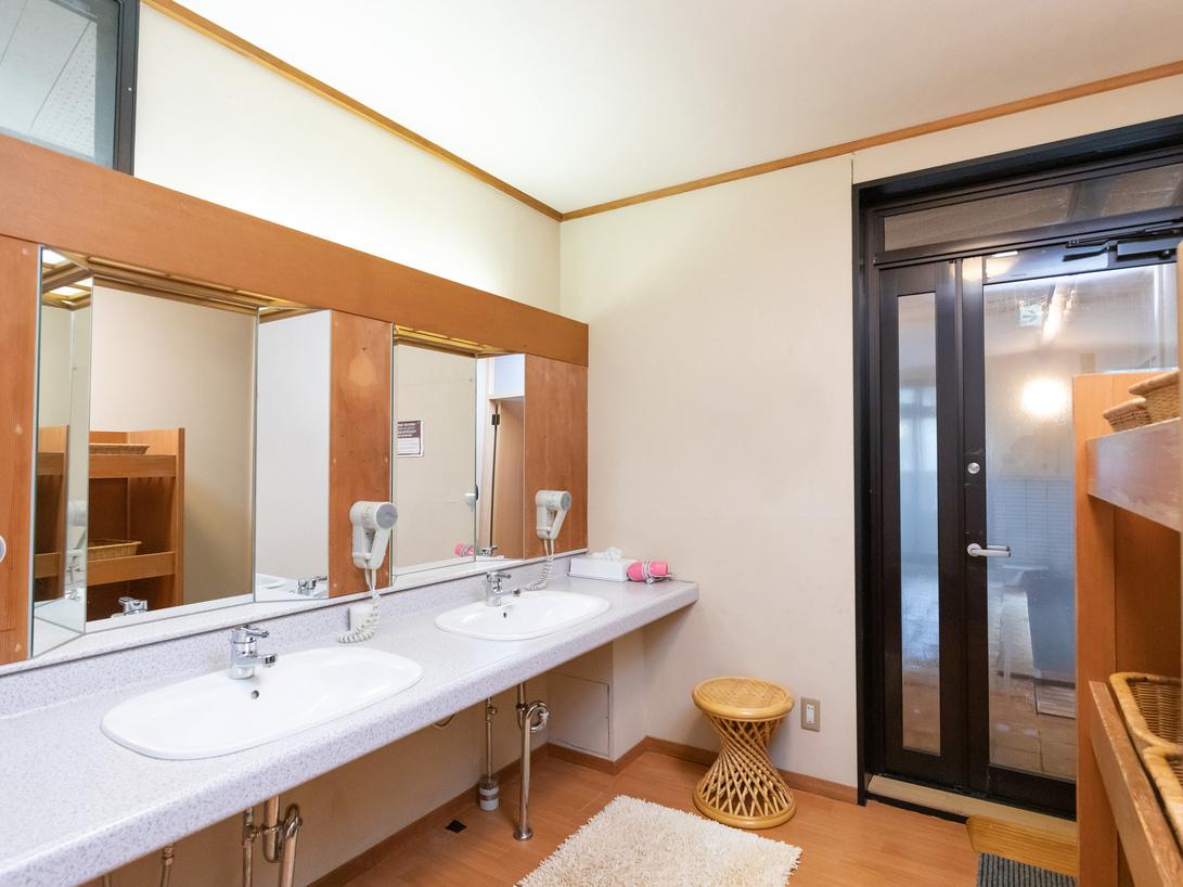 温泉 更衣室と洗面所