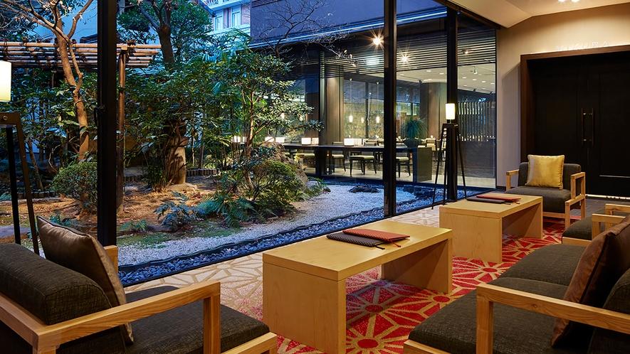 ◆ロビーから眺める夕刻の日本庭園