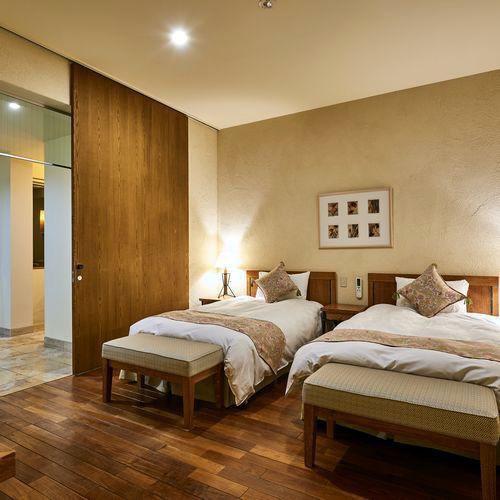 【フォースルーム】ツインベッドが2つのお部屋にわかれている広々4ベッドルーム(客室一例)