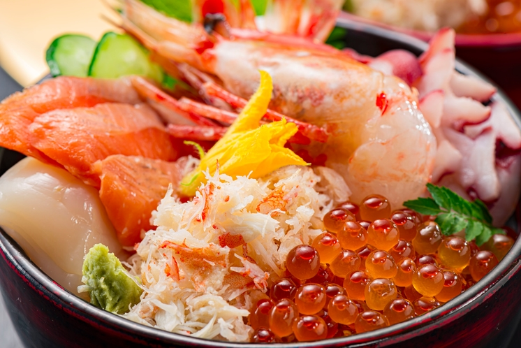 新鮮な魚介を使った丼も人気です
