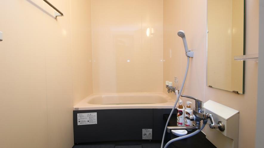浴室_家庭用サイズのお風呂ですが、ごゆっくりお使いください。