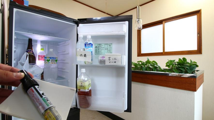 館内_自由に使える共用冷蔵庫。自分のはわかるように紙とペンをご用意しております。