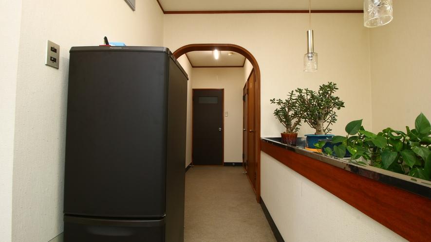 館内_2階の廊下に自由に使える共用の冷蔵庫がございます。
