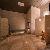 【Natural】女性大浴場。洗い場は全部で5ヵ所ございます。ゆったり空間でお過ごしください。