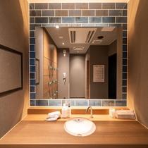 【Natural】天然温泉「花畔の湯」洗面台。ドライヤー・綿棒・オールインワンゲルを完備。