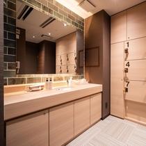 【Natural】女性脱衣室。清潔感のある過ごしやすい空間で、ドライヤーも備え付けております。