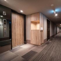 【館内設備】エレベーターホール。お急ぎの場合は館内の非常階段もございます。