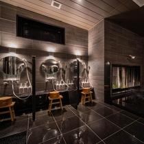 【Natural】男性大浴場。洗い場は全部で6ヵ所ございます。ゆったり空間でお過ごしください。