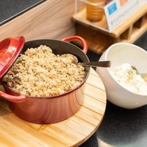 【無料健康朝食】温かいおかずも日替わりでご準備致します。