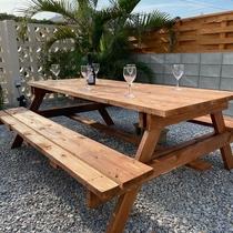 前庭のダイニングテーブル