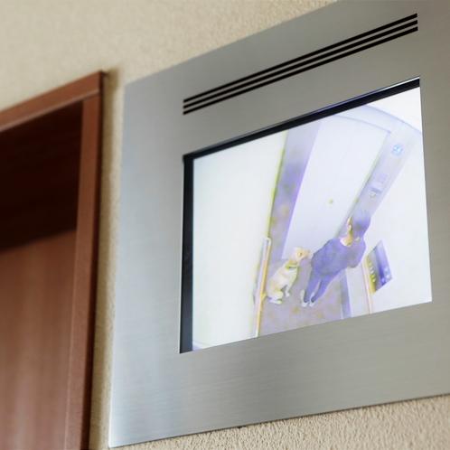 エレベーターには、愛犬同士の出会いがしらの事故防止モニターがついております