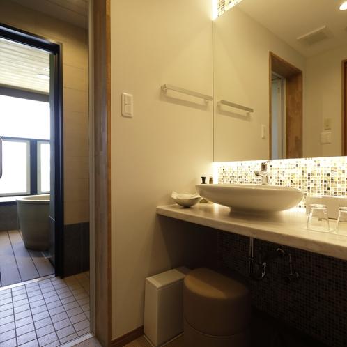 お部屋には洗面とシャワー室、露天風呂がございます