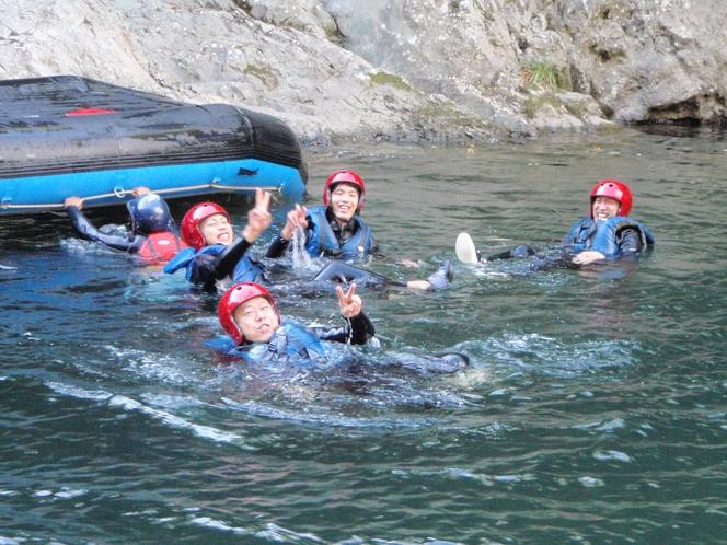 大自然の中 水遊びを 大満喫