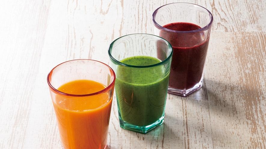 手軽に野菜と果物の栄養をチャージ。冷たくおいしい3種類のスムージーです。
