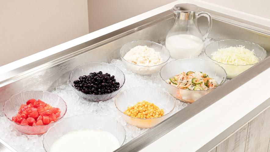 【サラダ&フルーツ】サラダやフルーツ、ヨーグルトなどは常に冷たい状態でご提供しております。