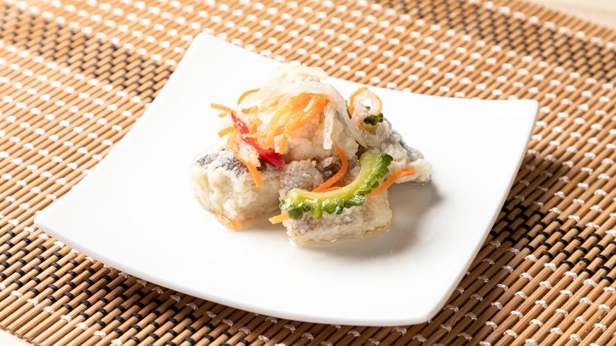 【シーラのエスカベッシュ】シーラは、沖縄で『マンビカー』と呼ばれている魚です。もちろんゴーヤ入り♪