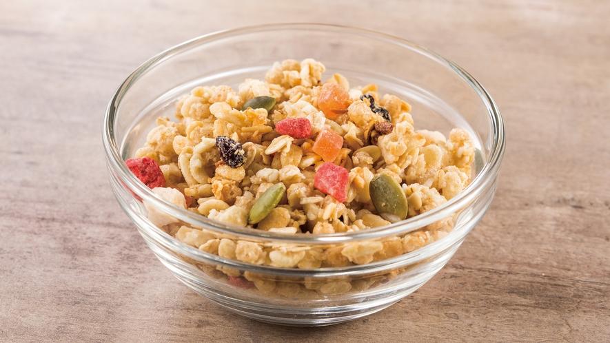 玄米やオーツ麦にドライフルーツをミックス。食物繊維や鉄分も豊富でお腹にやさしいシリアルです。