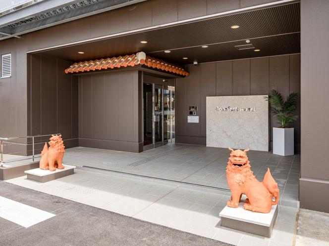 【エントランス】沖縄らしく、シーサーでお出迎え♪記念撮影にもばっちりです。