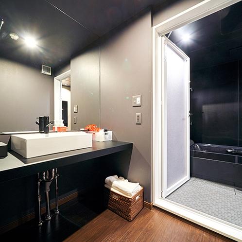 大きな一枚鏡のある脱衣所。歯ブラシなどアメニティ完備!
