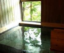 【客室のお風呂】全室源泉かけ流し内湯付でいつでもご利用いただけます。