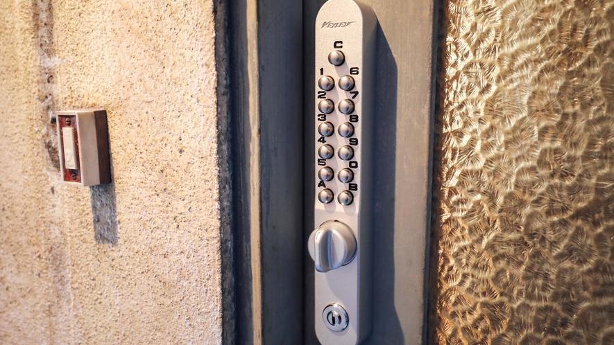 ・【シェアスペース】夜間外出用の扉は電子ロックで施錠