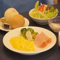 【朝食 洋食一例】選べる卵料理スクランブルエッグの一例 出来立ての温かいうちにお召し上がりください