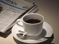 ラウンジにて、ホットコーヒー・緑茶無料。紙コップもございますので、お部屋にお持ち帰りできます。