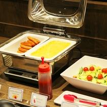 朝食メニュー一例<サラダ・ウインナー・スクランブルエッグ>